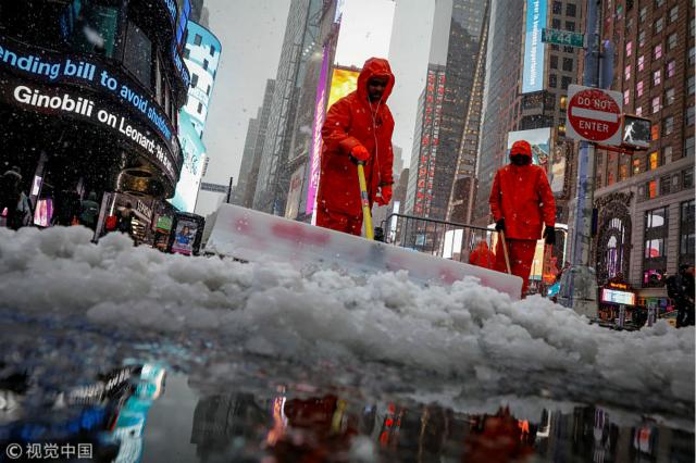 市政工人在时报广场扫雪.-环球 三周内迎来第四场暴风雪,美国 春图片