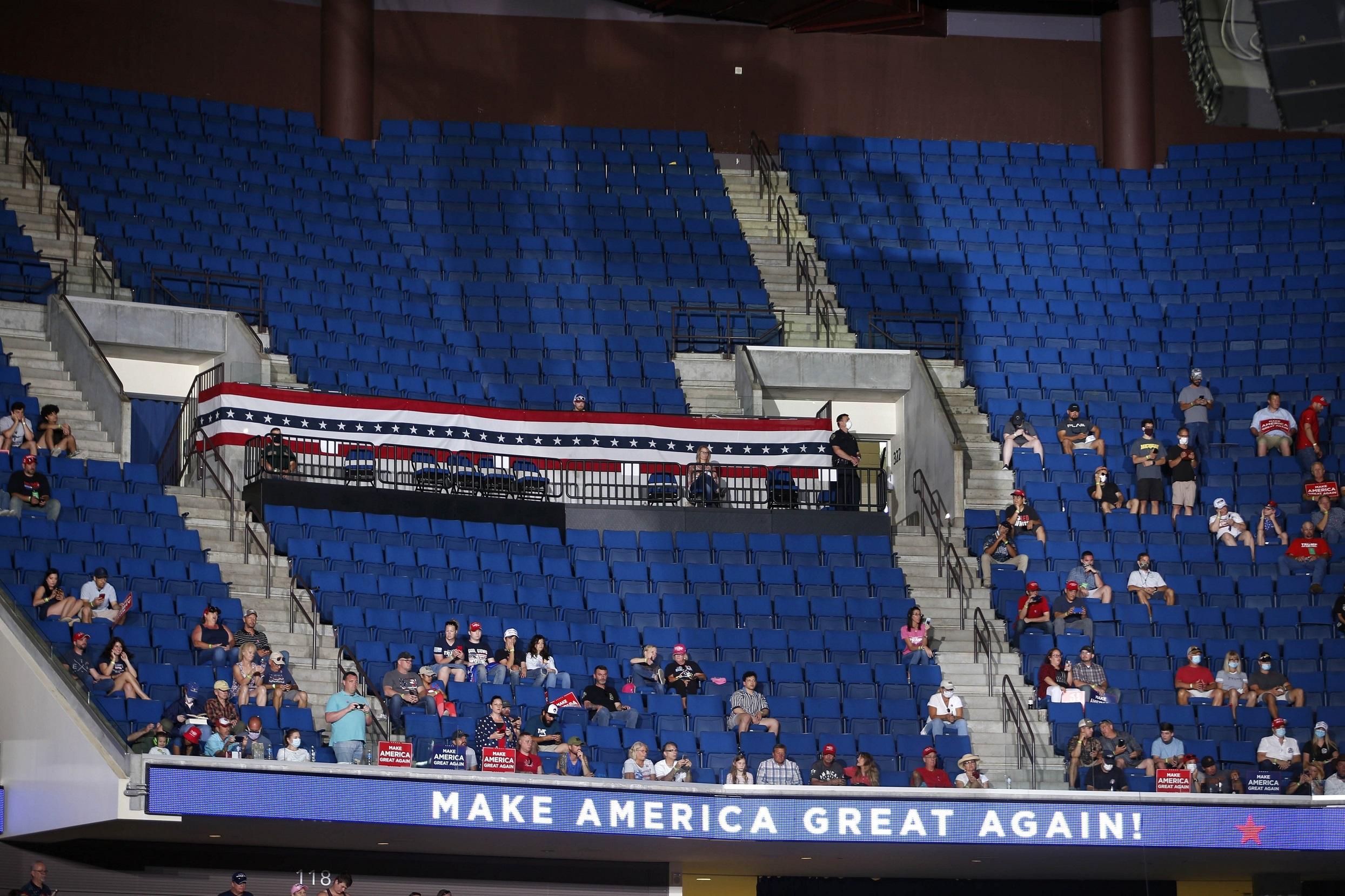 特朗普举行美国新冠疫情暴发后首场竞选集会(3839077)-20200622005905.JPG